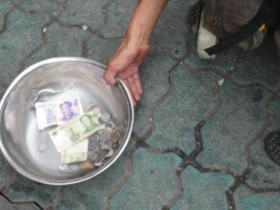 他只往我的碗里放了一块钱